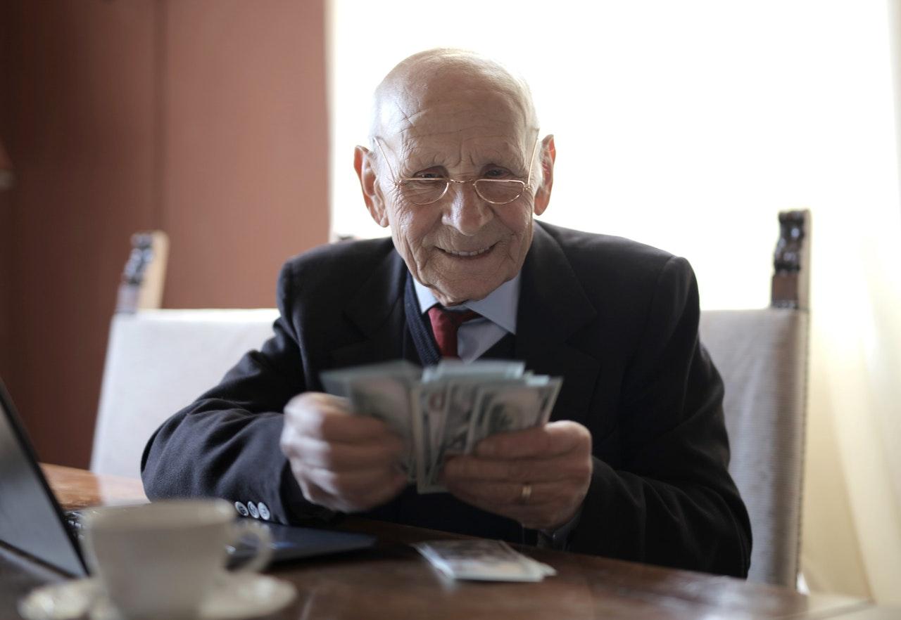 starszy pan liczy pieniądze